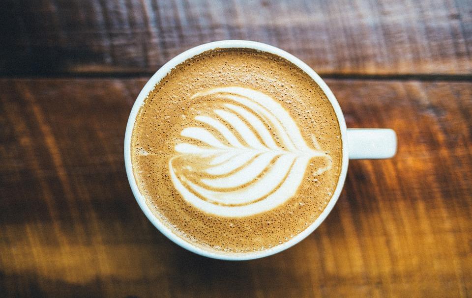 filiżanka pełna świeżej kawy