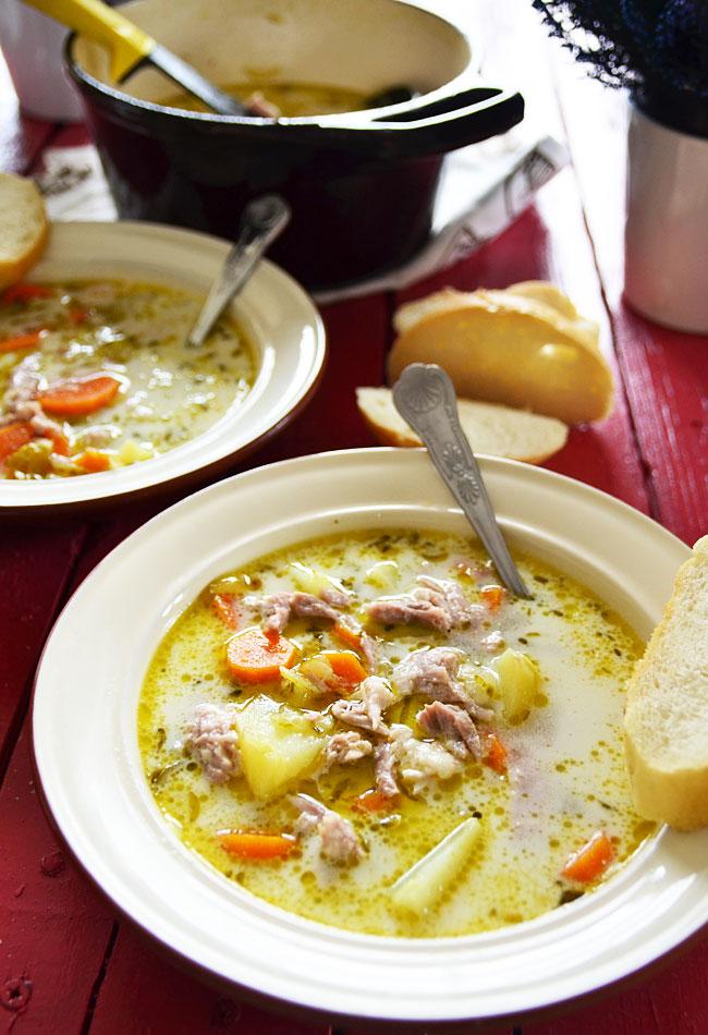 Jak przyrządzić zupę ogórkową na żeberkach?